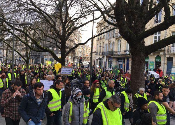 Les manifestants et Gilets jaunes défilent dans une ambiance détendue en ce début d'après-midi à  Bordeaux