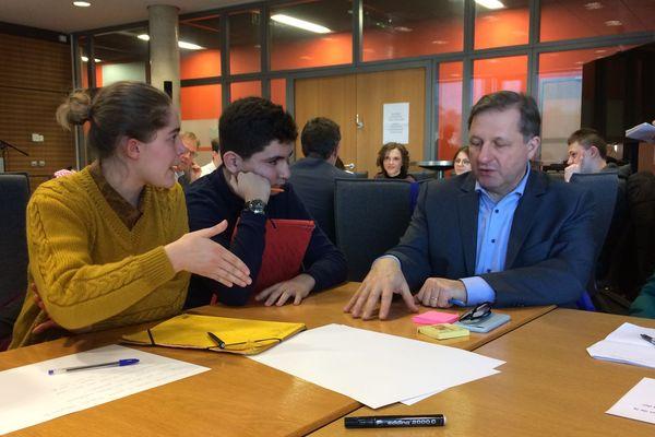 Une lycéenne pose une question argumentée à Sylvain Waserman, député MoDem, sur le sujet de la Défense et des Affaires étrangères