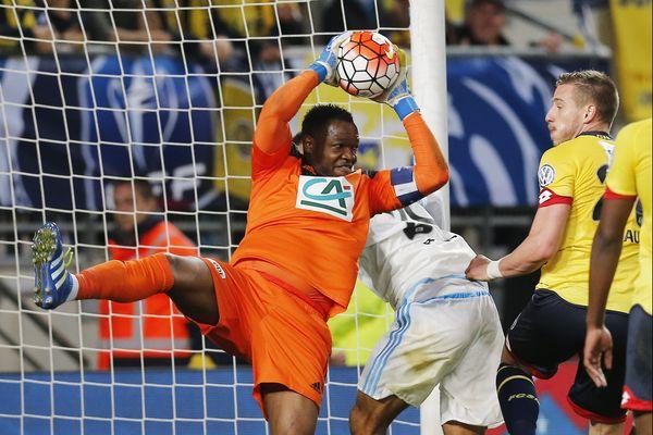 El phenomeno: Mandanda dans une des ses nombreuses prouesses en Coupe de France. Son équipe lui doit énormément pour la qualification en finale de Coupe de France