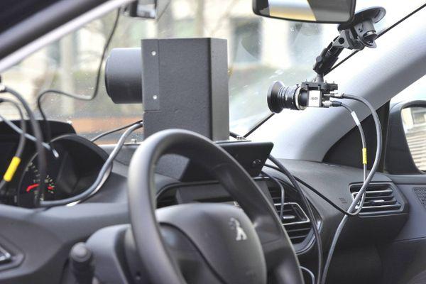 Exemple de voiture radar pilotée par des prestataires privés. Deux des trois caméras situées à l'avant.