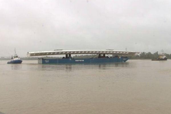 La travée levante du futur pont Bacalan-Bastide achève son voyage