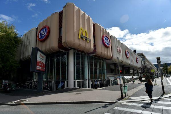 Si, dans la Loire, le taux d'incidence venait à dépasser 200 cas pour 100 000 habitants (le seuil), le pass sanitaire deviendra obligatoire dans 6 centres commerciaux, comme Centre 2 à Saint-Etienne