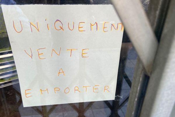 L'affichette sur la vitrine du restaurant... Pour de la vente de pizzas et paëlla à emporter voire plus !