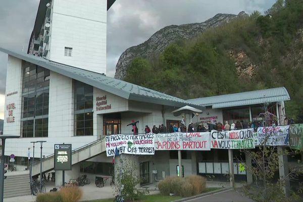 La manifestation s'est tenue, ce lundi 12 octobre, devant la mairie de Saint-Martin-le-Vinoux, où s'est tenu un conseil municipal.
