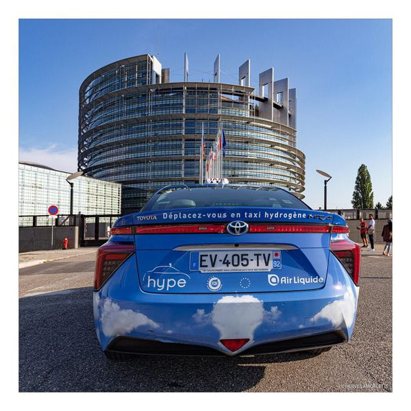 A l'occasion du lancement du projet R-HYNOCA, deux taxis à hydrogène parisiens ont fait le voyage jusqu'à Strasbourg