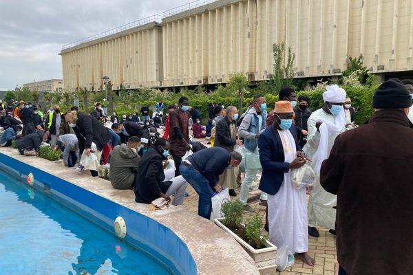 Les fidèles à la sortie de la Grande Mosquée de Lyon