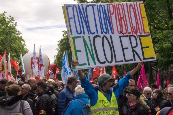 """""""Fonction publique en colère"""", lors d'une manifestation, le 9 mai à Paris."""