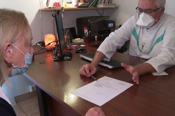 Dans son cabinet situé à Muret, près de Toulouse, Eric Ménat prescrit de la vitamine D aux patients qui présentent des carences.