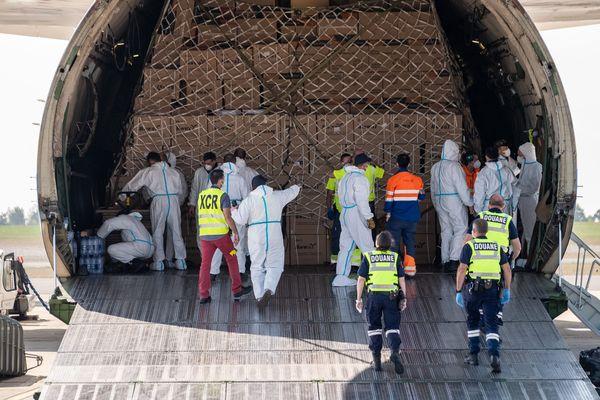 L'Antonov An 225, le plus gros avion du monde, livre des masques à l'aéroport de Vatry en provenance de Chine. Il transportait 150 tonnes de fret composé de masques et gants contre le Covid-19.