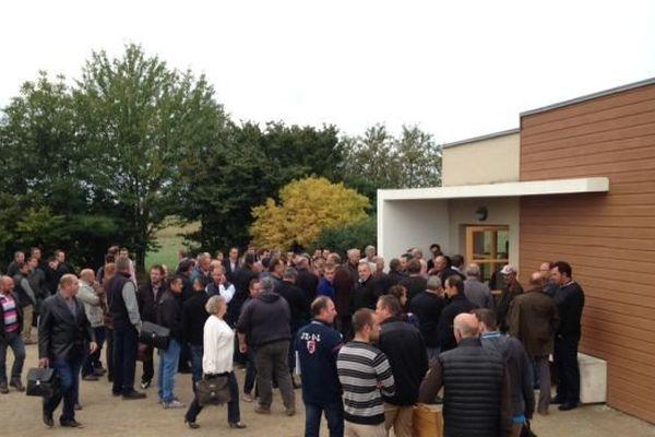 Une cinquantaine d'exploitants forestiers ont bloqué une vente publique de bois organisée par l'Onf à Beaune, mardi 15 septembre 2015.