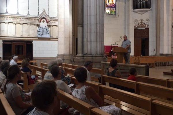 Abdel Malik Richard Duchaine du culte musulman à été invité à prendre la parole par le Père Michel. Après son discours les fidèles ont applaudi- Église du Saint-Sacrement Lyon 3e, le 31/07/2016