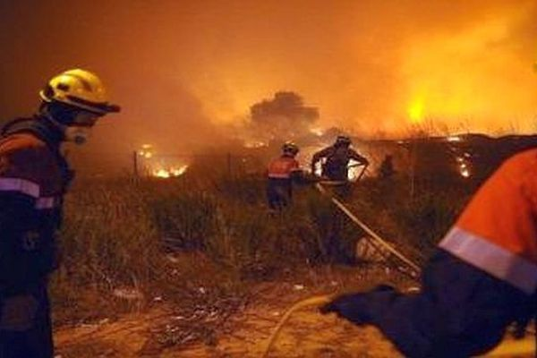 Les pompiers espagnols et français luttent contre un incendie en Catalogne. Archives
