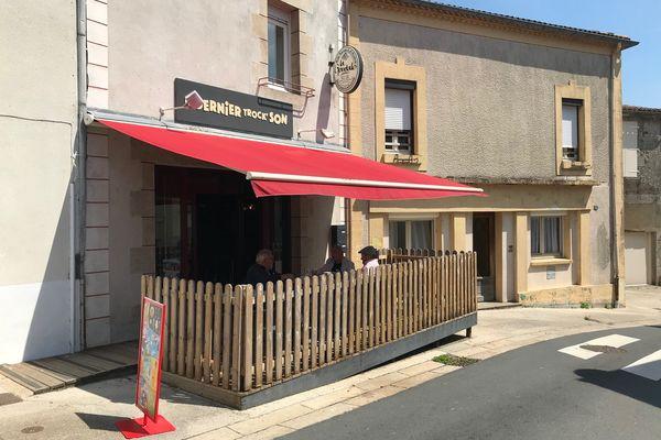 Six amis ont racheté le bar du village de Saint-Laurent-sur-Sèvre en Vendée.
