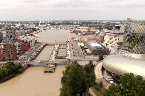 Vue aérienne du quartier des Bassins à flot avec en premier plan, l'architecture singulière de la Cité du Vin.