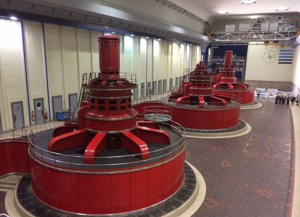La salle des alternateurs : six groupes pour une puissance installée de 420 mégawatts. Lors de la construction du barrage-centrale de Génissiat, chacun des six alternateurs pesant 750 tonnes a été assemblé sur place.