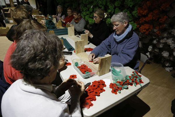 Les bénévoles confectionnent les décorations qui orneront le village de Vézelay dans deux mois