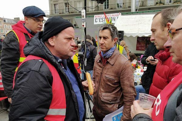 Le député de La France Insoumise aux côtés des cheminots à Amiens