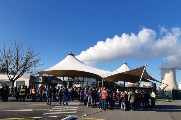Environ 250 salariés du secteur de l'énergie de la région manifestent devant la centrale de Golfech ce mardi.