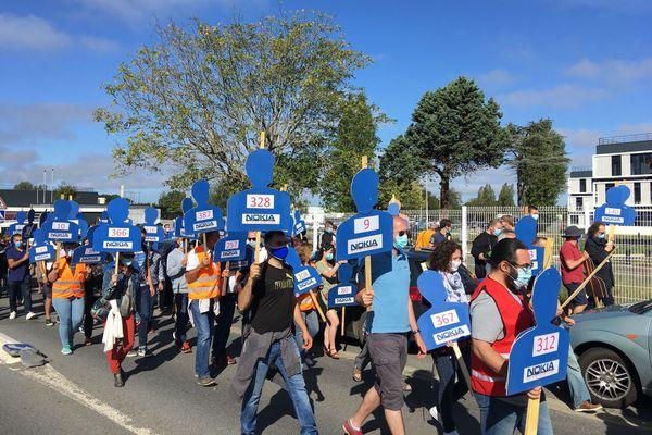 Les salariés de Nokia de Lannion défilent avec leur silhouette en bois