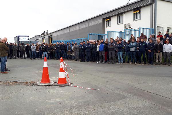 Les salariés de l'entreprise Libner ont observé une minute de silence devant l'usine