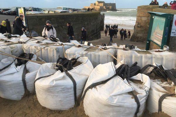 Saint-Malo : les sacs de sable en prévention de la marée