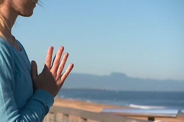 Cours de yoga sur la plage à Ondres, face à l'immensité de l'océan, détente assurée...