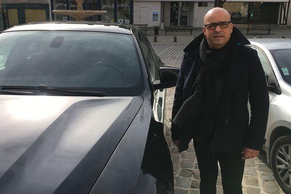 Nelçon de Almeida ici à côté de sa voiture, c'est sur le capot qu'il avait retrouvé l'arme factice.