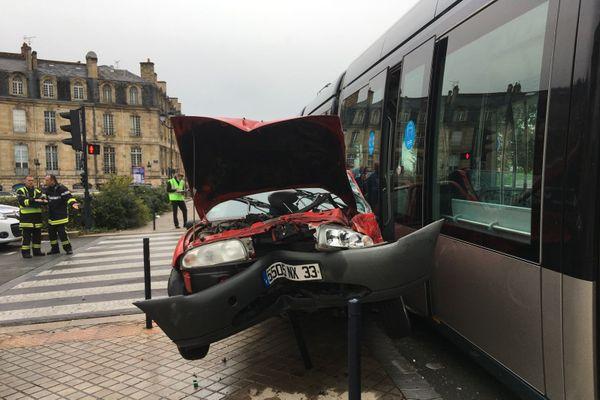 Grave accident entre une voiture et un tram à hauteur de la porte de Bourgogne ce dimanche 25 octobre.