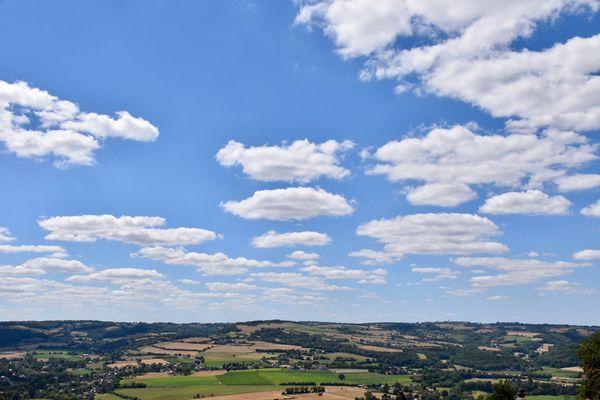 Dans l'Orne, le ciel du bocage se parera de nuages inoffensifs qui ne gâcheront pas le ressenti agréable de ce samedi.