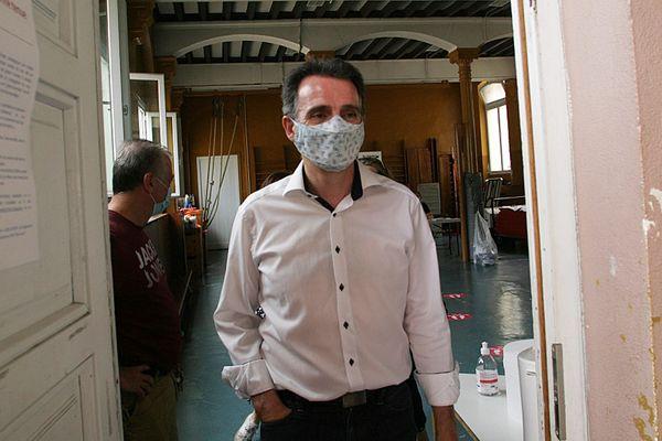 Le maire de Grenoble, Eric Piolle, se rendant aux urnes pour le second tour des élections municipales.