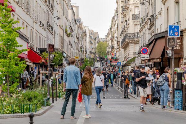 Des clients font leurs courses dans les magasins alimentaires de la Rue des Martyrs, à Paris le 11 avril 2020.