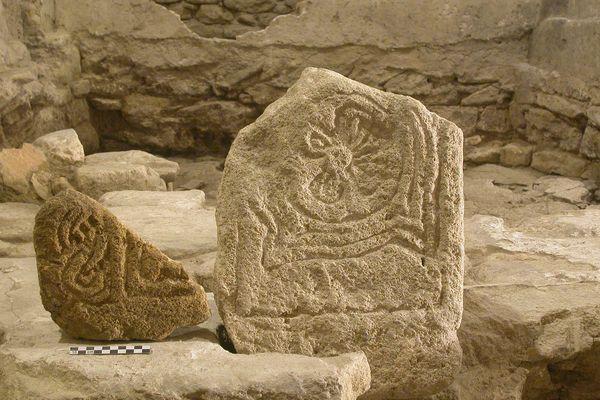 Les vestiges d'une pierre tombale du Moyen Age, découverte à Aubais, près de l'église Saint Nazaire.