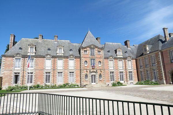 Un MARDI ensoleillé à Alençon sur l'Hôtel de Guise, siège de la préfecture de l'Orne.