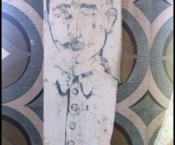 Des détails vestimentaires permettent de dater le graffiti de 1916 et de dire que ce soldat était vraisemblablement Bavarois.