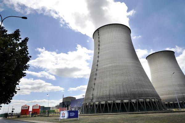Les deux tours aéroréfrigérantes de la centrale nucléaire de Belleville-sur-Loire, dans le Cher, en 2013.