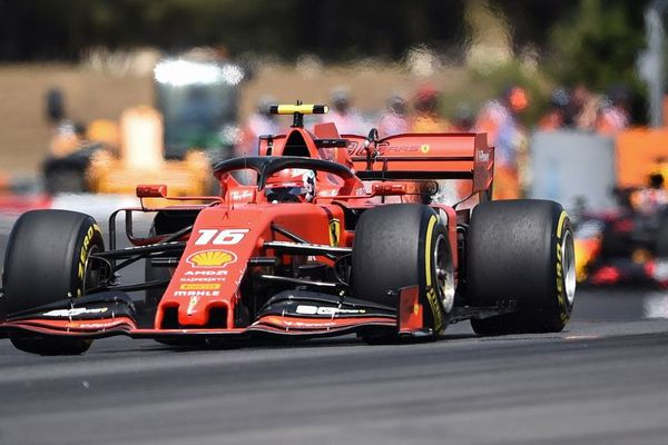 La Ferrari de Charles Leclerc sur le circuit du Castellet lors du Grand Prix de France.