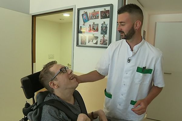 François, aide-soignant à la maison d'accueil spécialisée de Saint-Valery-sur-Somme, s'occupe de Philippe depuis 5 ans - Juin 2019
