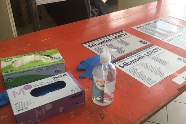 Précautions sanitaires dans le bureau de vote à Mandelieu.