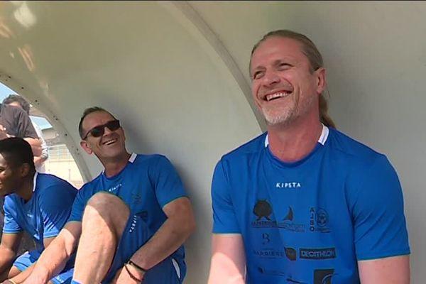 L'ancien champion du monde Emmanuel Petit sur le banc de touche du stade Kieffer à Ouistreham le samedi 26 mai 2018.