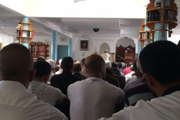 La mosquée est comble pour cette prière du vendredi à laquelle participe le prêtre Auguste Moanda.