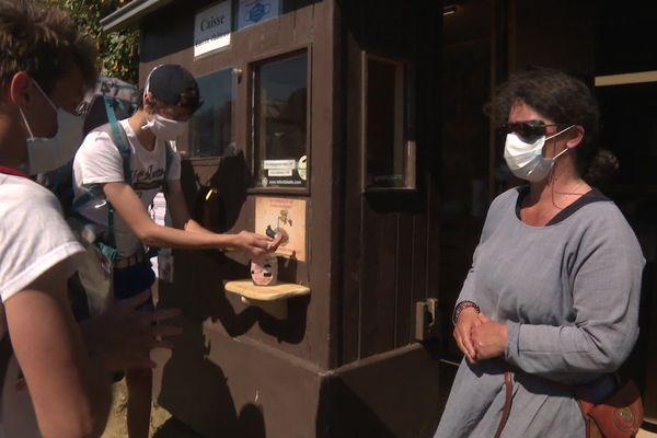 Gel hydroalcoolique à disposition et port du masque obligatoire pour la visite du Fort-la-Latte, déconfinement oblige.