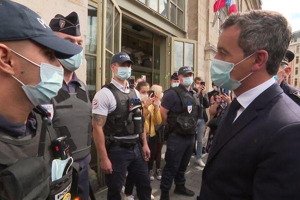 Le ministre de l'Intérieur Gérald Darmanin à la rencontre de policiers ce samedi à la gare Lille-Flandres.