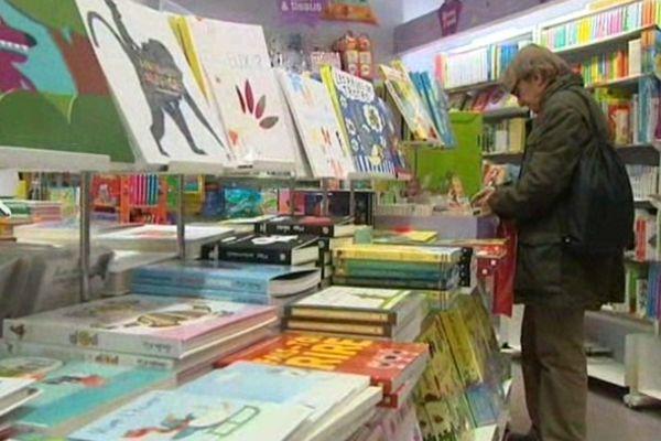 """Montpellier - le rayon de livres """"jeunesse"""" dans une librairie - janvier 2013."""