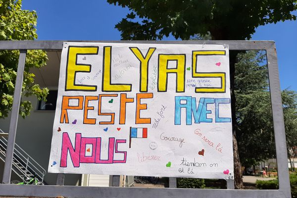 Les enseignants ont collé des affiches sur l'entrée du collège Le Lac à Sedan, le 11 juin 2021.