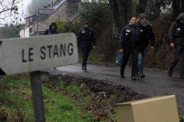En mars 2017, les enquêteurs investissent la maison de la famille Troadec à Pont-de-Buis