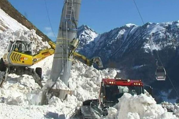 Les dégâts causés par l'avalanche sont trop importants pour être réparés rapidement