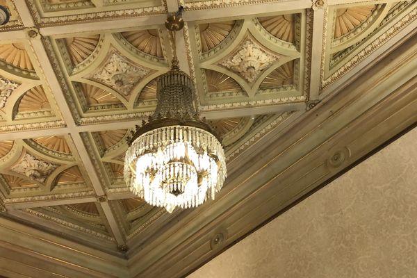 Le plafond du salon de l'empereur, en 2021.