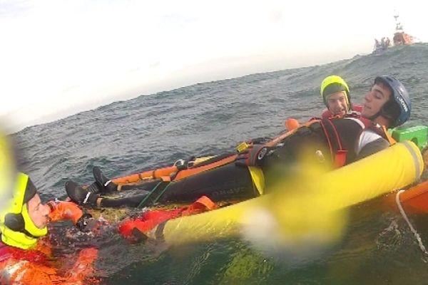 Au programme de l'exercice: récupération et transport d'un blessé à bord de la vedette de la SNSM