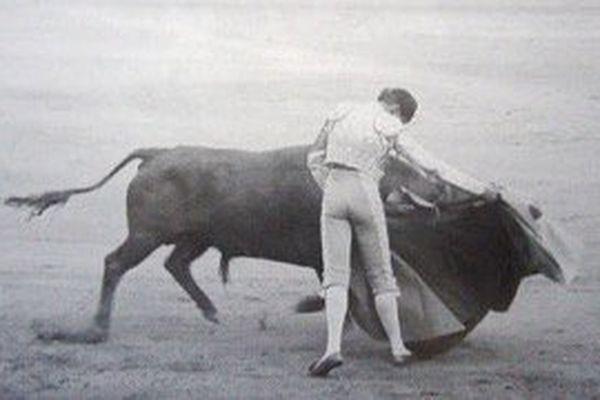 """Curro Puya alias """"Gitanillo de Triana"""".  Le 13 mai 1930, lors d'une corrida à Madrid, le journaliste Gregorio Corrochano veut chronométrer une de ses véroniques . Il regarde sa montre au moment où « Gitanillo » arme sa passe, puis quand il la termine : sa montre s'est arrêtée. Il regarde aussitôt celle de son voisin : arrêtée elle aussi. Il regarde en piste : le toro lui aussi s'est arrêté. Corrochano titrera sa chronique du jour : « Dis-moi, """"Gitanillo"""", est-ce que ton cœur s'arrête quand tu torées ? »."""