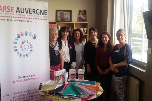 De gauche à droite : Nadine Guy, président de l'ARSE Auvergne, et ses collègues socio-esthéticiennes et socio-coiffeuses Cécile Ricard, Marjorie Bonnemoy, Mélissa Jamon et Lucy Mauclaire. Au centre, en blanc, Sophie Borie, infirmière au CMC en service oncologie.